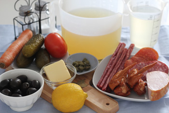 Ингредиенты для супа солянки с копченостями и солеными огурцами