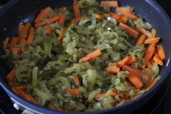 Огурцы натереть на терке добавить к морковке и пассеровать
