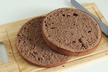 Корж разрезанный на две части для торта