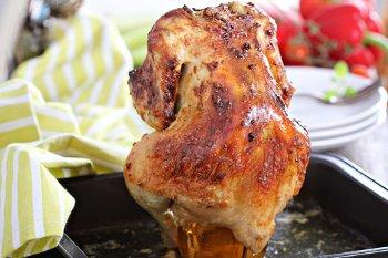 Готовая курица запеченная в духовке на банке с пивом