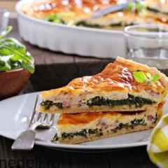 Пирог с рукколой, беконом и луком
