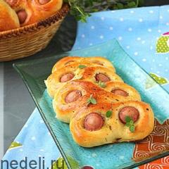 Пирожки-гусеницы с сосисками