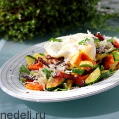 Теплый салат с цуккини и яйцом пашот