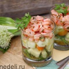 Салат с креветками, авокадо и огурцом