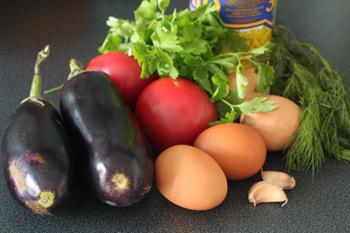 Ингредиенты для баклажан жаренных с чесноком и помидорами