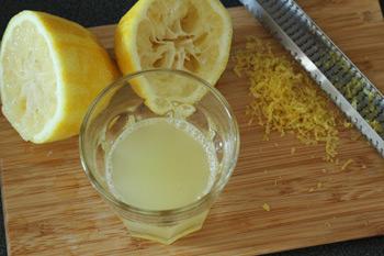 Выдавленный из лимона сок и натертая цедра лимона для манника