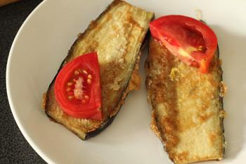Обжаренные в яйце баклажаны с чесноком и кусочком помидора