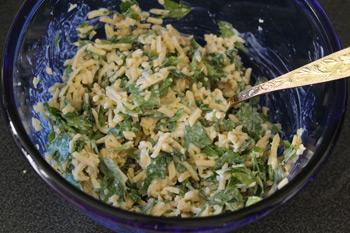 Мелкотертый сыр смешивается с чесноком зеленью и майонезом