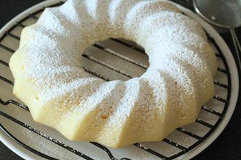 Посыпанный сахарной пудрой для сладости и красоты манник после выпечки