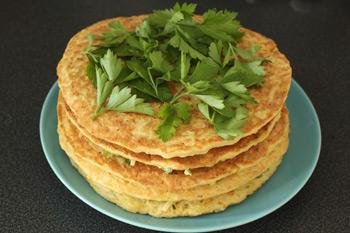 Готовый кабачковый торт посыпанный зеленью