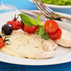 Куриные отбивные с сыром и помидорами в духовке