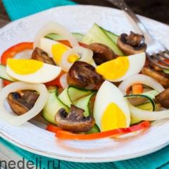 Салат из кальмаров с яйцом и свежим огурцом