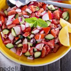 Салат из редиски и свежих овощей с горчичной заправкой