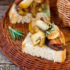 Белые грибы на хлебе с беконом