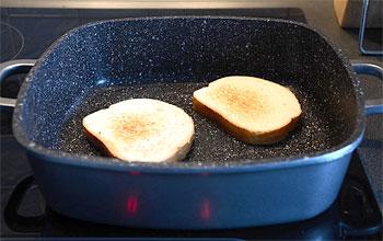 На сухой сковороде без масла мы подсушиваем белый хлеб