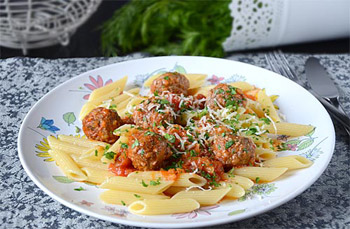 Паста с мясными шариками по итальянски с петрушкой и сыром
