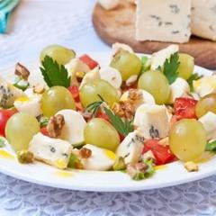 Рецепт вкусного праздничного салата с сыром, виноградом и орехами