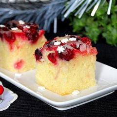 Пирог с клюквой и сахарной глазурью
