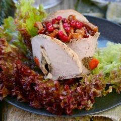 Салат с маринованными грибами и брусникой