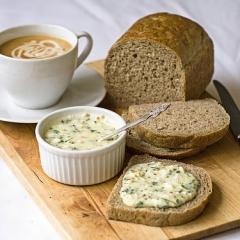 Скибка c домашним плавленым сыром и зеленью