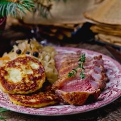 Утиная грудка с капустой и картофельными оладьями