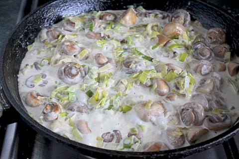 Шампиньоны с луком пореем салат