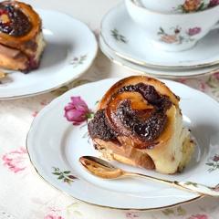 Пирожки-розочки с вишней и шоколадом