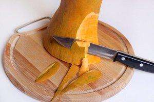 Очистить тыкву от кожуры с помощью острого ножа