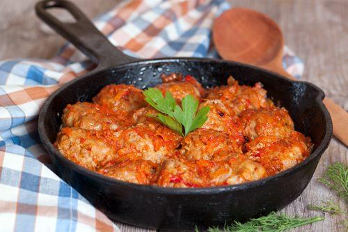 Как приготовить тефтели с рисом и томатной подливой