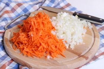 Narezat' luk i nateret' morkov'-kak prigotovit' tefteli s risom