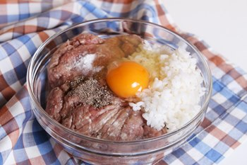 Smeshat' farsh ja risom i jajcom-kak prigotovit' tefteli s risom