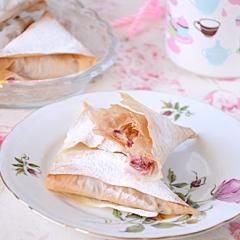 Пирожки из теста фило с замороженной вишней