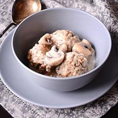 Фрикадельки с рисом в грибном соусе