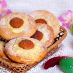 Пасхальные булочки с кремом и абрикосами