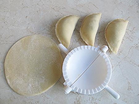 Приспособление для лепки вареников с вишней