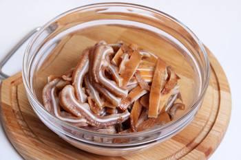 Nareshzat' ushi polosochkami-kak prigotovit' svinye ushi