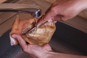Vymyt' ushi pod vodoj-kak prigotovit' svinye ushi
