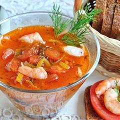 Холодный томатный суп с креветками и лапшой