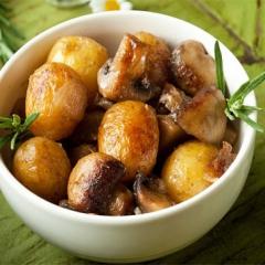 Жареная картошка с грибами и с луком в мультиварке
