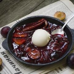 Десерт из печеных слив с ароматной заливкой из специй и квасного сусла