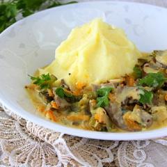 Как приготовить свиные почки с овощами и сметаной