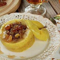 Печеные яблоки с изюмом, орехами и медом