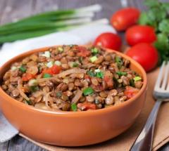 Chechevica s lukom i pomidorami-500х350