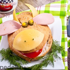 Готовит ребенок: бутерброд