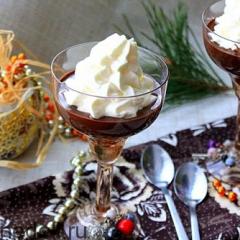 Шоколадный десерт с орехами и сливками