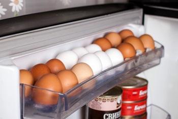 Jajca-produkty v holodil'nike