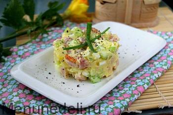 Салат с сельдереем и копченой курицей