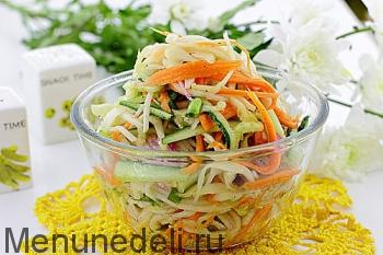Готовый салат с редькой и огурцом подача