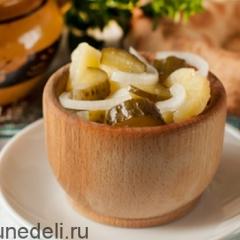 Постный салат из картофеля и соленых огурцов