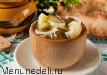 Готовый постный салат из картофеля и соленых огурцов